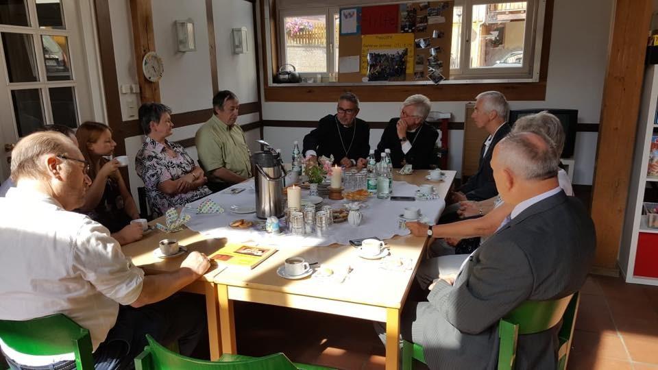 Gespräch mit Kirchenvorstand und Bürgermeister in Ostheim (c) Landesbischof