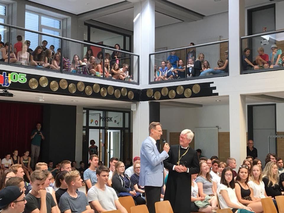 Begrüßung im Martin-Pollich-Gymnasium in Mellrichstadt (c) Landesbischof
