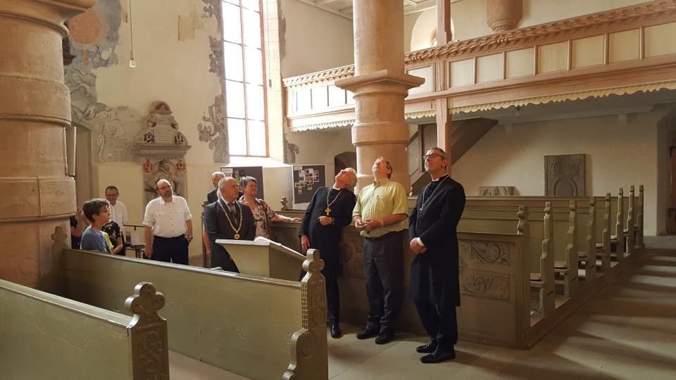 Besichtigung der Kirche St. Michael in Ostheim (c) Landesbischof